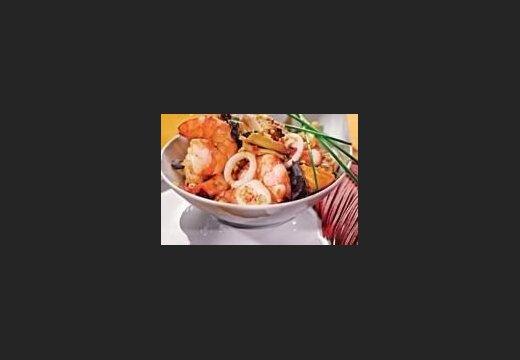 Морепродукты по-вьетнамски с чесночным соусом