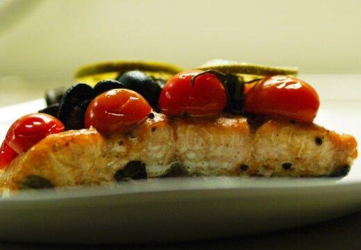 """""""Дело вкуса"""": лосось со специями, запеченный в бумаге и теплый салат из овощей"""